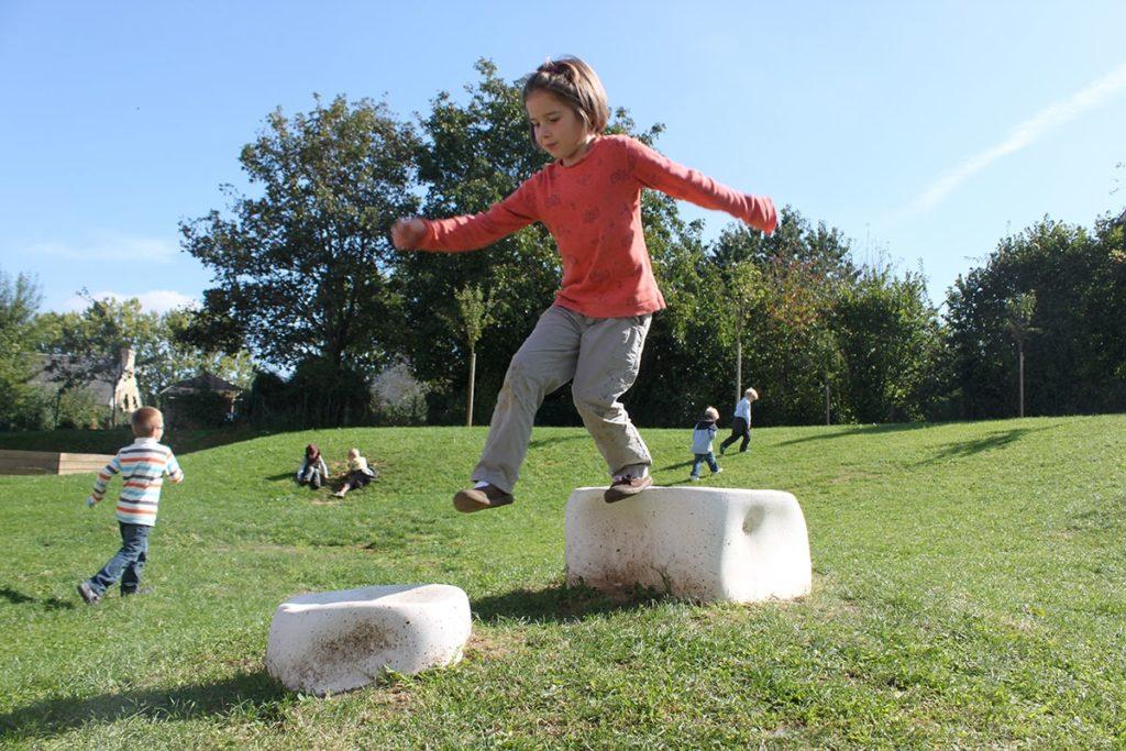 Eclosion - 1% artistique du groupe scolaire du Val de Seulles école primaire et école maternelle dans le jardin et les deux cours de récréation 24 éléments de béton blanc modelés de terrain et pelouse